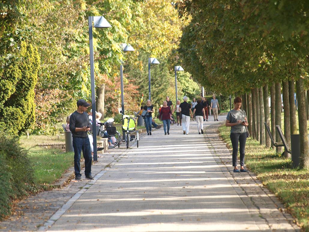 Menschen gehen auf einer Straße spazieren.
