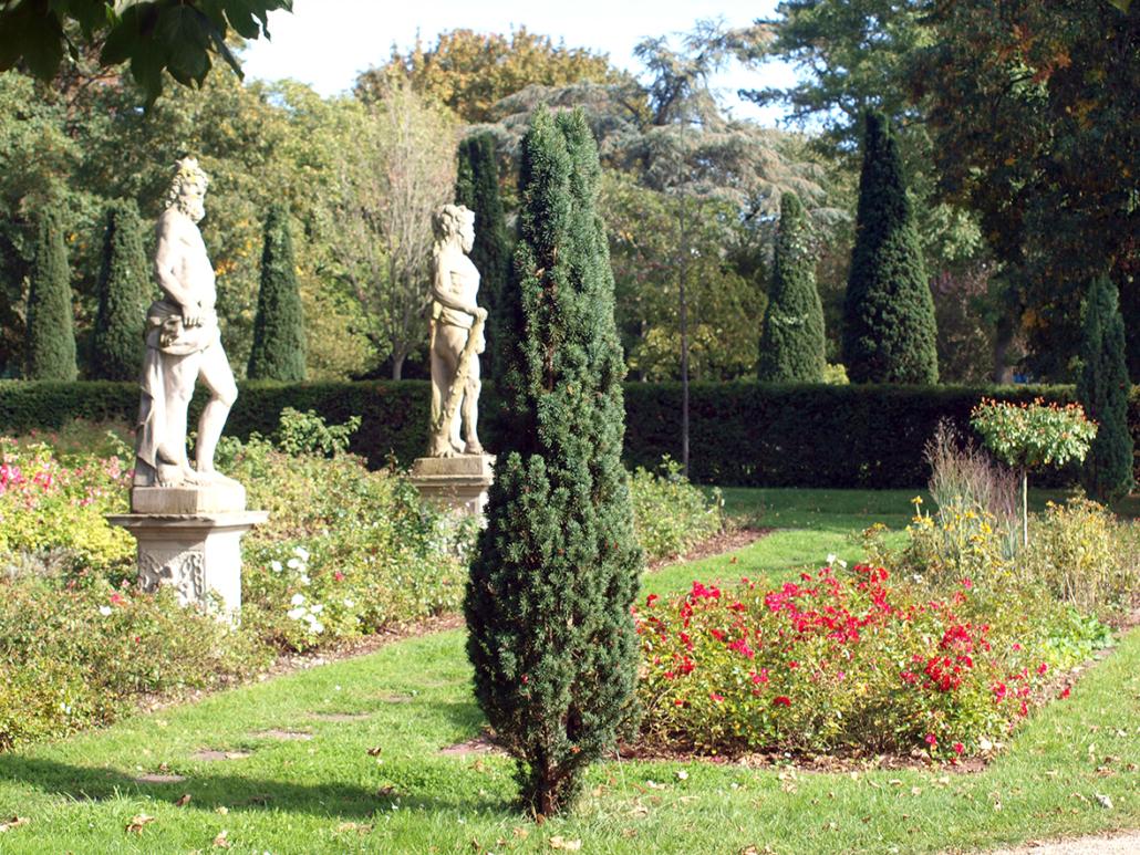 Zwei Skulpturen stehen in einem Park.