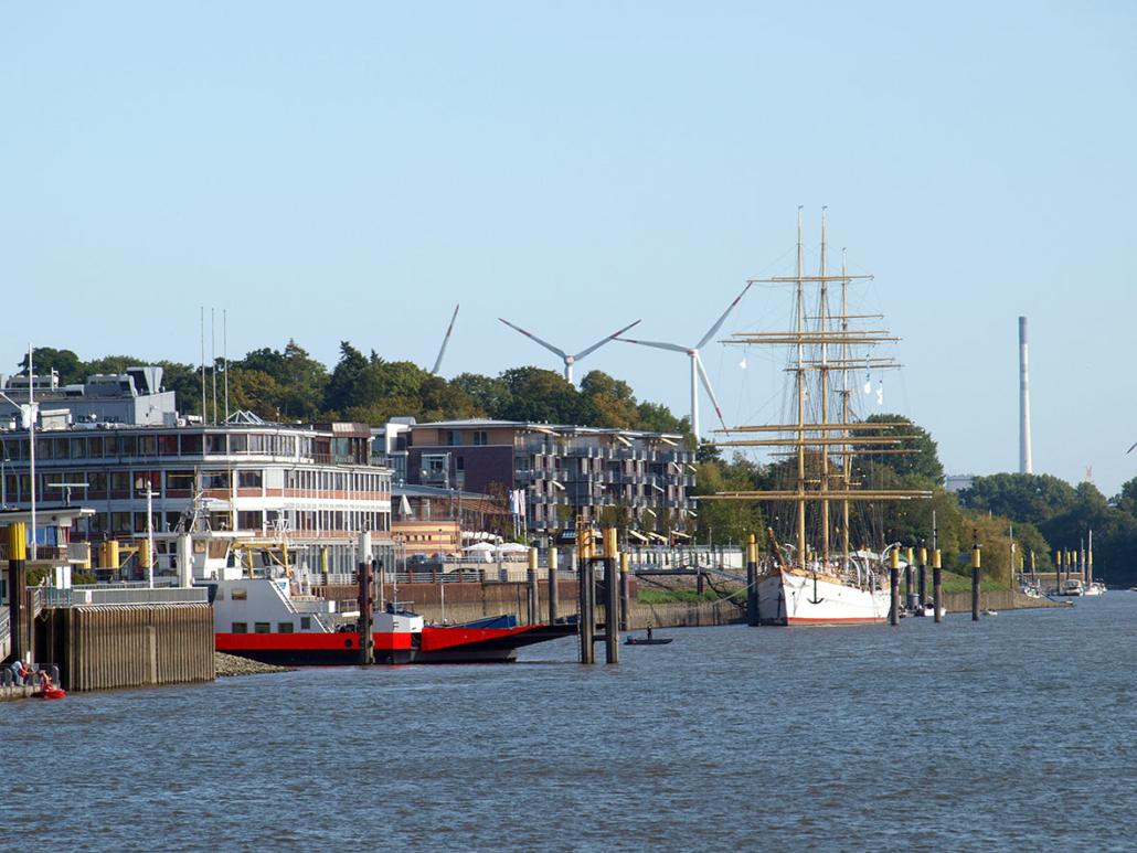 Ein Segelschiff liegt in einer Flussmündung