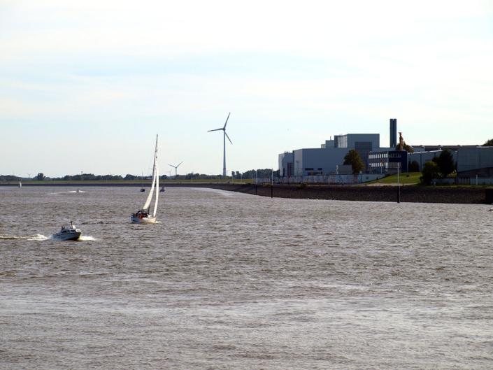Der Blick auf die Weser. Auf dem Fluss sind zwei Boote zu sehen.