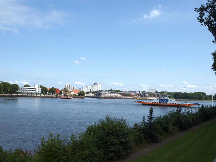 Blick über die Weser mit zwei Fährschiffen.