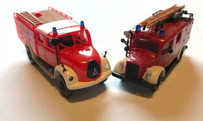 Modelle von zwei Feuerwehrautos.