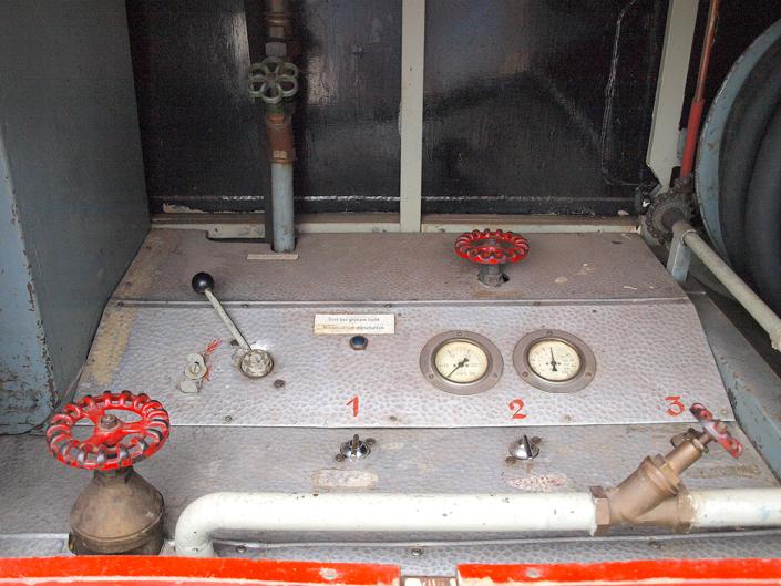 Eine Pumpensteuerung mit Hebeln und Anzeigen.