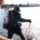 Ein Taucher springt ins Wasser