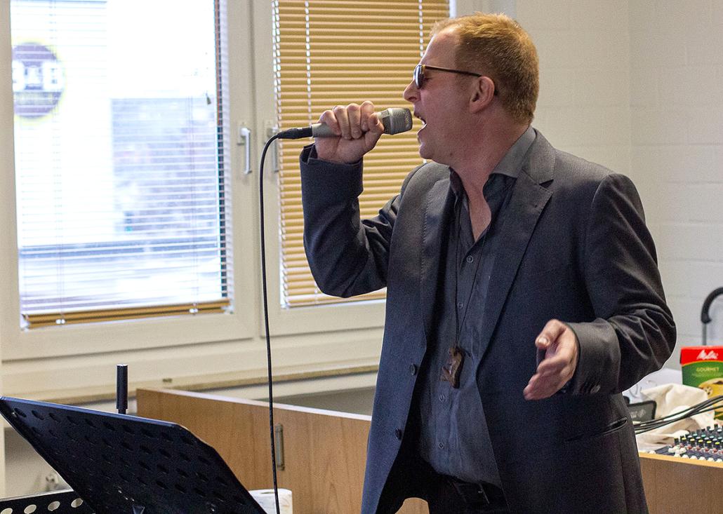 Dwill Crooning singt