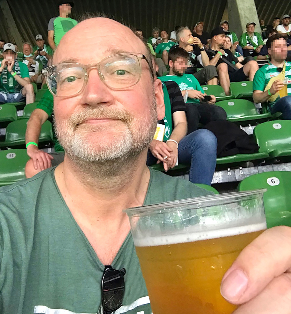 Frank Schümann mit Bier im Bremer Weserstadion.