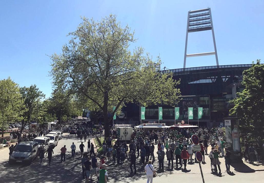 Fans vor dem Bremer Weserstadion
