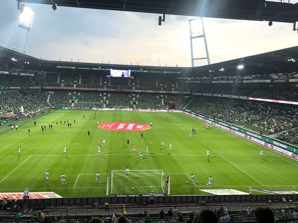 Aufwärmen im Bremer Weserstadion.