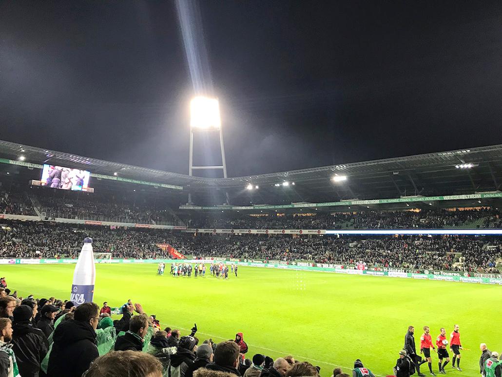 Flutlichspiel im Bremer Weserstadion.