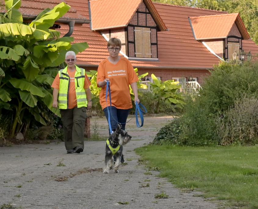 Heike Mehr folgt Hund Calli. Trainerin Monika Hollmann beobachtet alles.