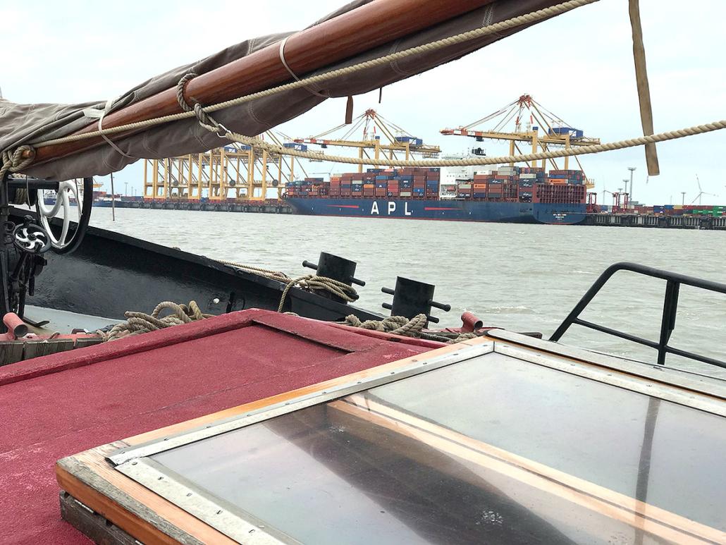 An Bord eines Schiffes auf der Außenweser mit Blick auf das Containerterminal.
